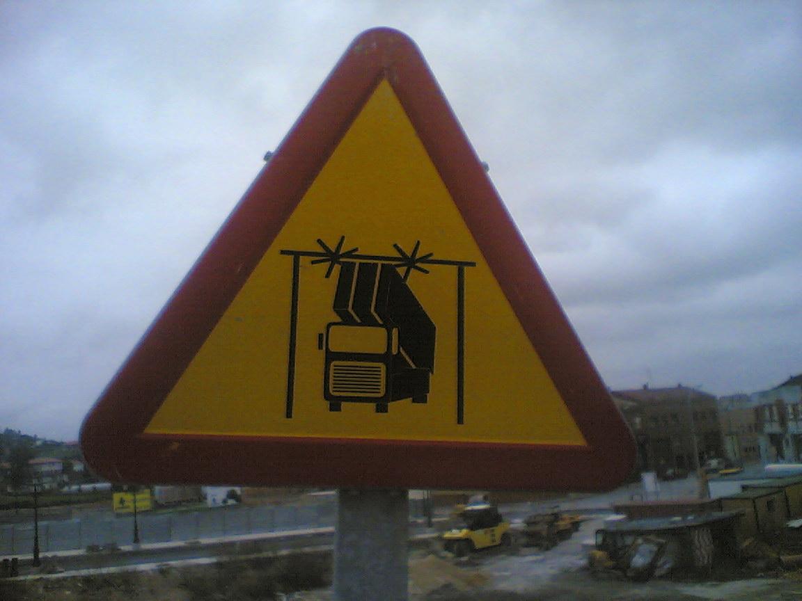 senal-camiones-peligro-alta-tension