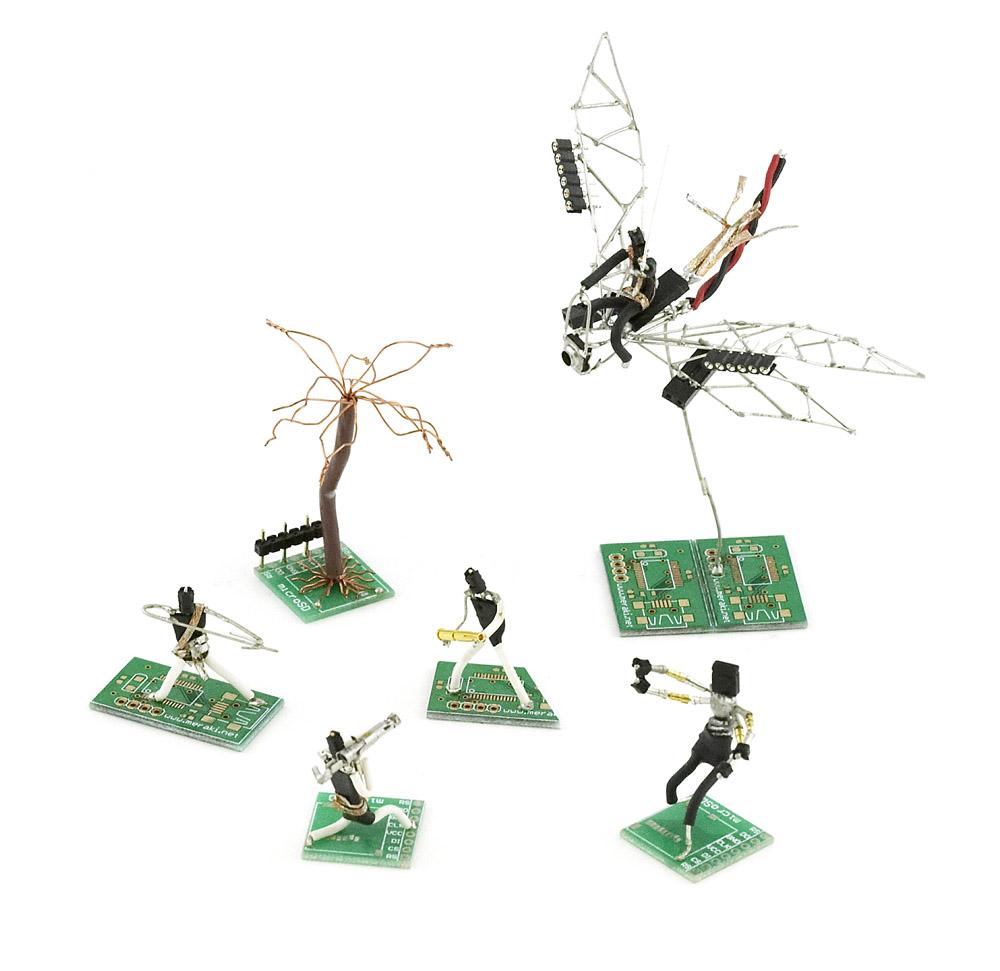 Figuras Con Material Electrónico Reciclado Desenchufados