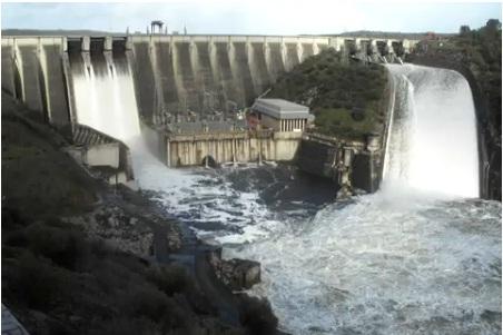 central de alcantara aliviando agua