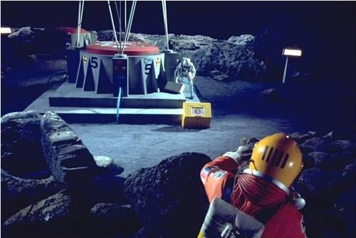 Trabajadores en una ficticia planta nuclar en la luna