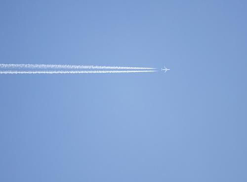 El avión y la estela por Gerard Girbes