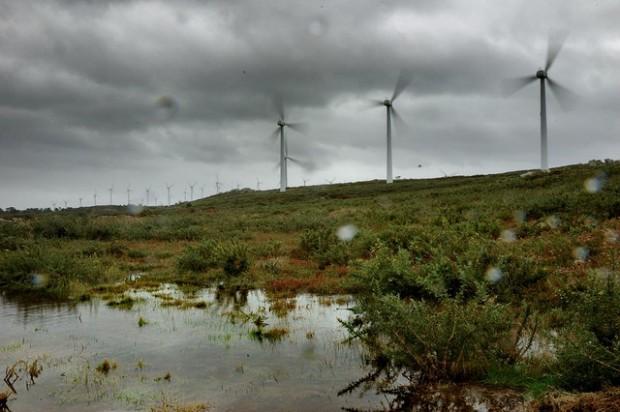 Aerogeneradores produciendo energía por Nacho Manotas