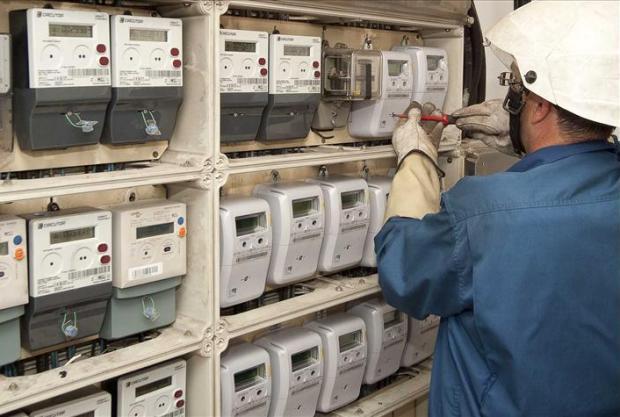 contador de la luz manipulado por un operario
