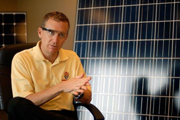 Michael Chagala, director del departamento de IT de Sullivan Solar Power, con las Google Glass