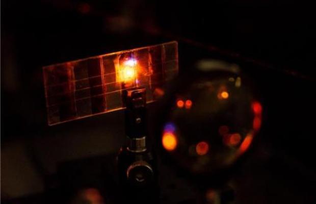 Celda solar que emite luz