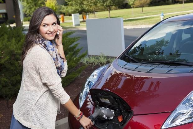 Recargando el Nissan Leaf, el problema de tener un eléctrico es...