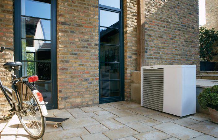 bomba-de-calor-vaillant-instalada-en-el-exterior-de-una-vivienda