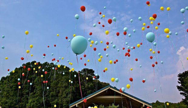 suelta de globos por Greg Williams