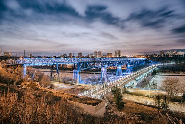 Puente iluminado por la noche. Imagen por IQRemix