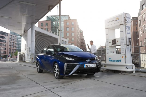 Toyota Mirai repostando hidrógeno en Alemania